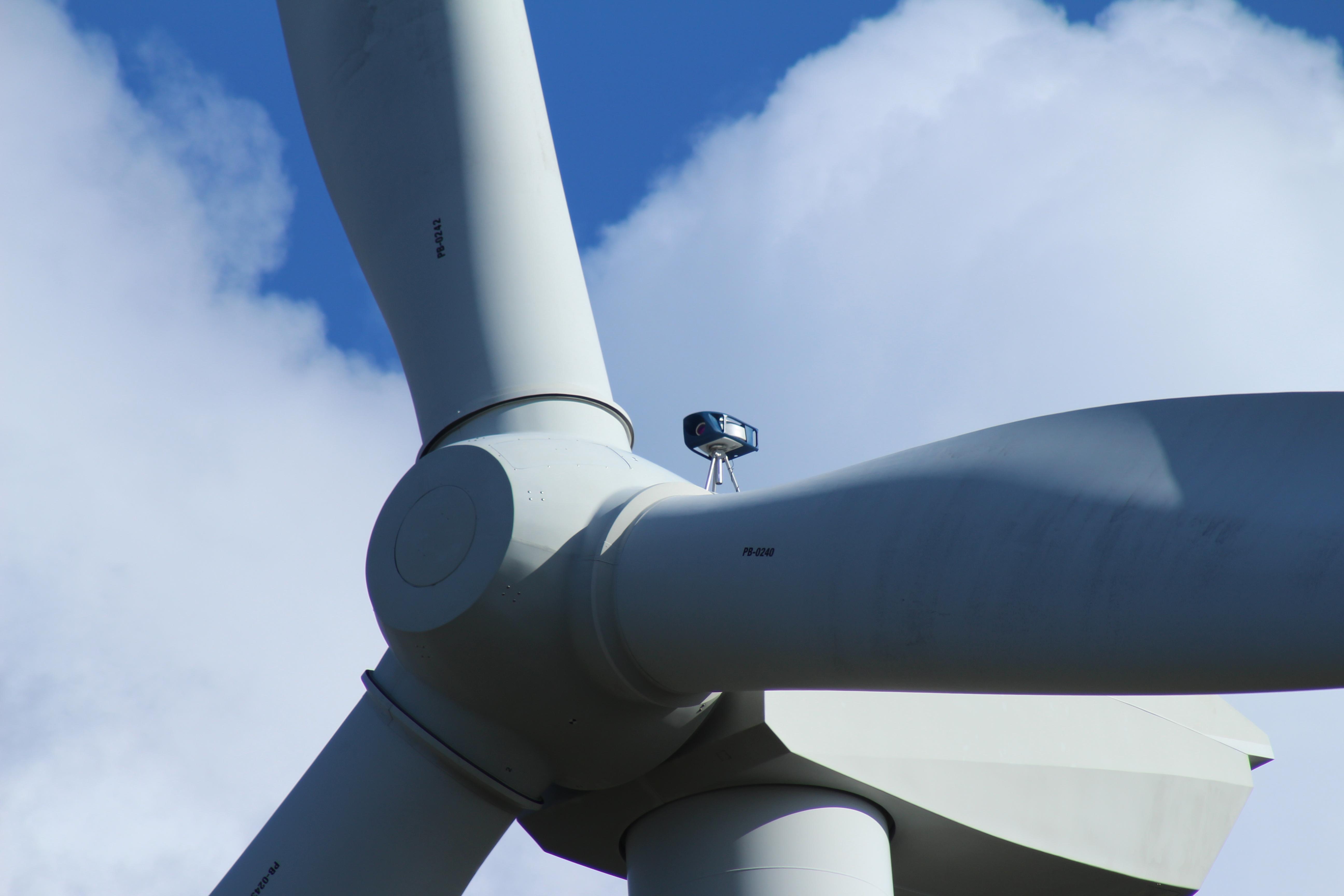 Pilag - YawAdvisor sur une éolienne